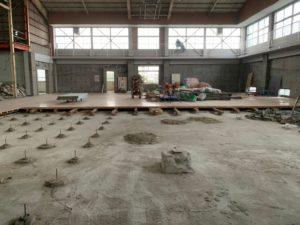 床を解体された体育館